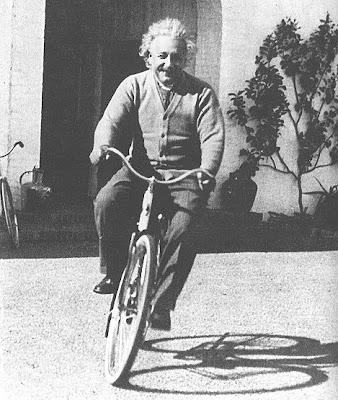 albert einstein en bicicleta