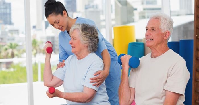 Abuelos-haciendo-ejercicios-con-mancuernas