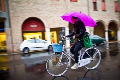 bicicleta-sombrilla-lluvia
