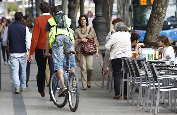 prohibido las bicicletas por aceras